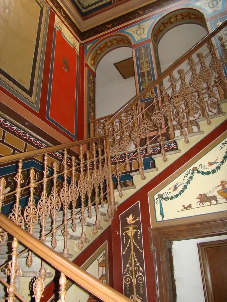 Scalinata  e affreschi della villa Zari