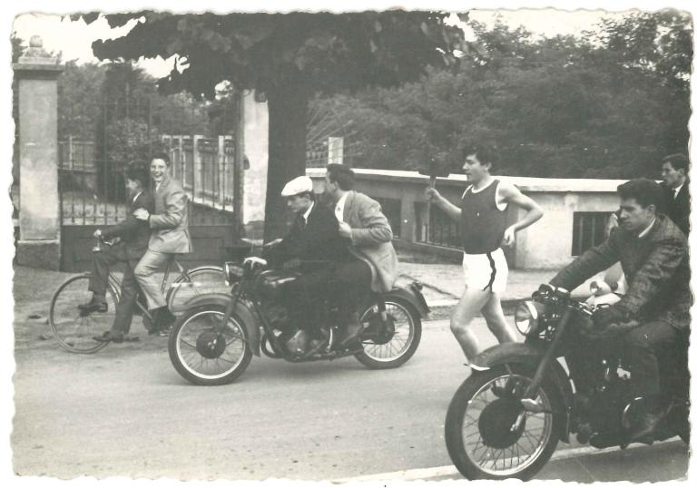 La fiaccolata del 1965 passa in via Isonzo
