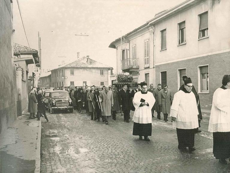 Corteo funebre al passaggio da piazza Biraghi